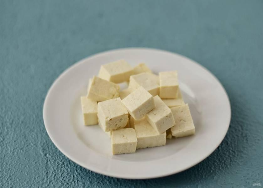 Тофу нарежьте кубиками среднего размера.