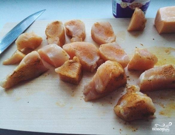 Курицу нарежьте небольшими кусочками. Приправьте её перцем, карри и солью. Дайте немного замариноваться мясу, а потом отправляйте его на сковороду и жарьте 5 минут с каждой стороны.