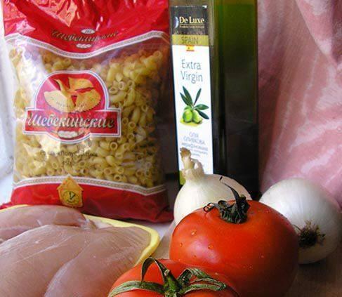 1. Сытное блюдо, которое не относится к раздельному питанию. Готовятся рожки с курицей в мультиварке около часа с добавлением томатов и репчатого лука.