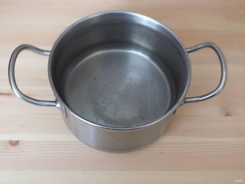 В воде растворите соль и поставьте на огонь. Доведите до кипения и снимите. Охладите до 40 градусов.