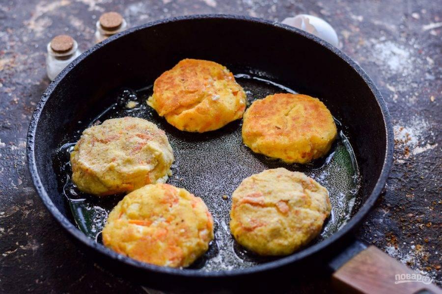Сформируйте из творожно-морковной массы котлеты, обсыпьте сухарями и жарьте в сковороде по несколько минут с обеих сторон. Можно котлеты запечь в духовке.