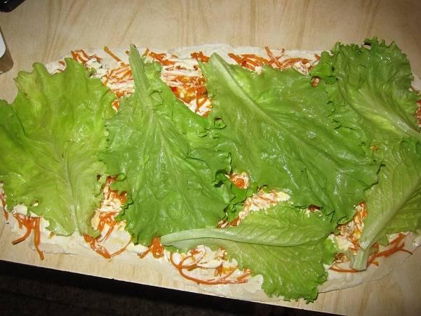4. Осталось вымыть листья салата и просушить как следует. Выложите их на лаваш. Кроме листьев подойдет также измельченная зелень по вкусу - укроп, петрушка и т.д.