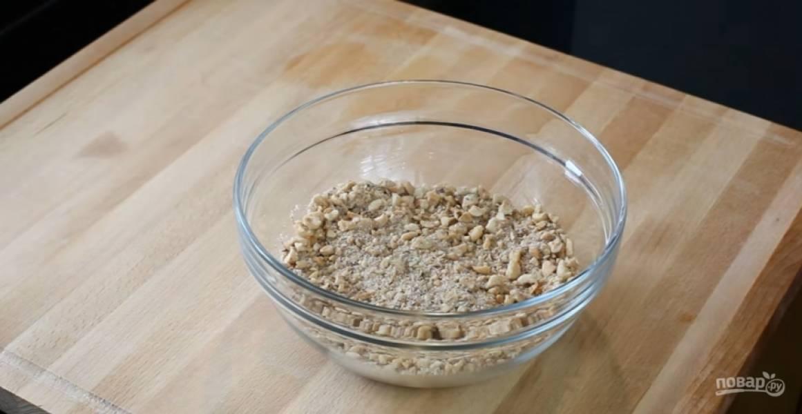 2.Орехи поджарьте, очистите от шелухи и слегка измельчите. Добавьте сахар, манку, корицу и измельченную гвоздику. Перемешайте. Начинка готова.