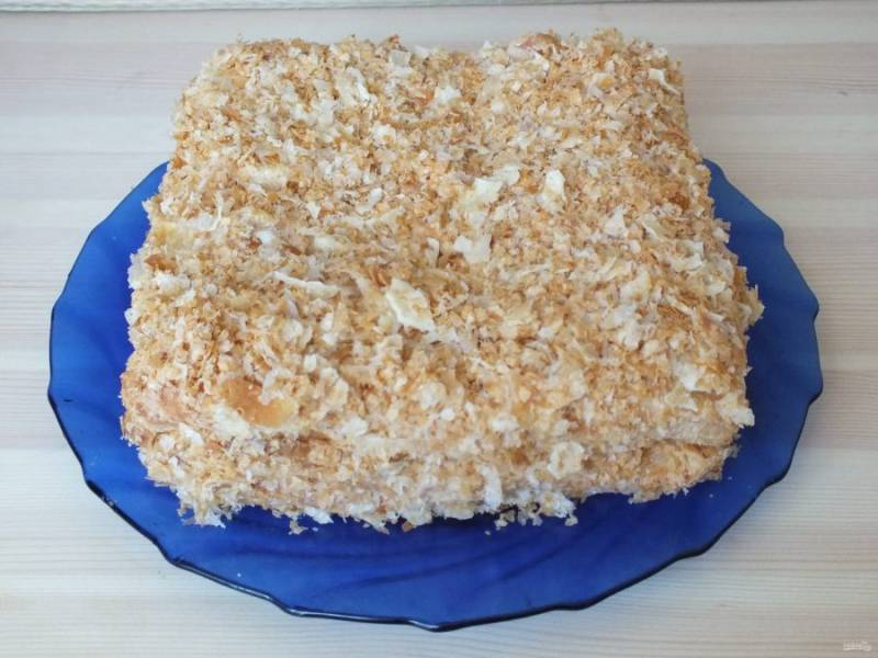 По истечении времени обсыпьте торт крошкой. При желании можно охладить.