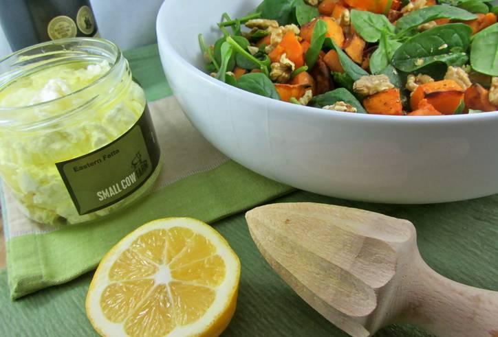 7. Заправьте оливковым маслом, добавьте сок лимона. При желании посолите немного и поперчите.