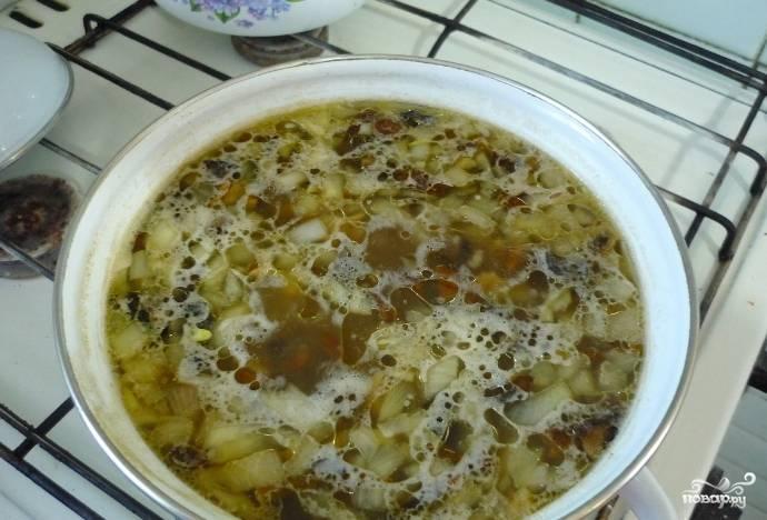 3. Дальше, когда и картошка уже будет почти готова, добавим рис. Специи - по вкусу.