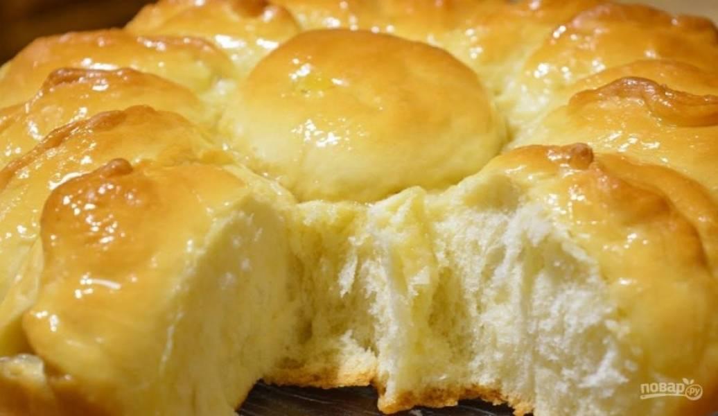 6. Смажьте пирог молоком или взболтанным яйцом. Выпекайте в разогретой до 180 градусов духовке 25-30 минут. Горячий пирог смажьте жидким медом или сахарным сиропом. Приятного аппетита!