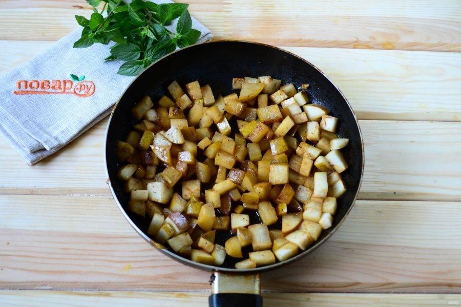 На сковороде растопите половину сливочного масла, отправьте в сковороду грушу и дайте ей слегка смягчиться. Затем всыпьте половину сахара и готовьте, часто помешивая, минут 10-12 минут. Нужно, чтобы груша стала мягкой и карамелизировалась. Аромат будет стоять просто волшебный.