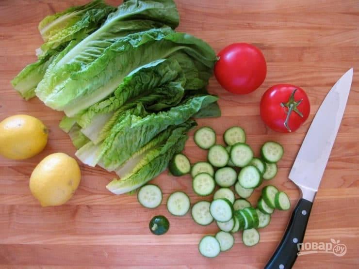 3. В это время нарежьте толстыми кружками огурец, а помидор – четвертинками. Салат нарвите руками.