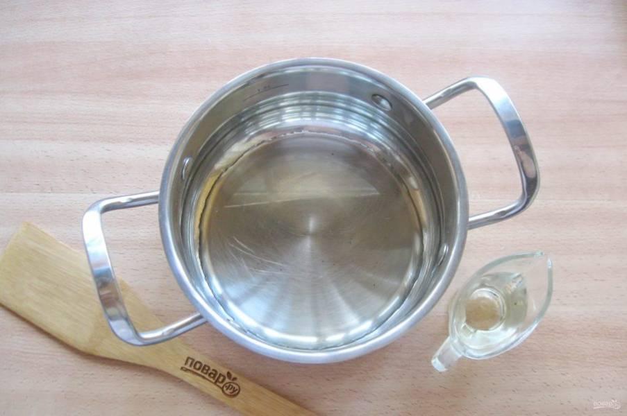 В кастрюлю налейте рафинированное подсолнечное масло.