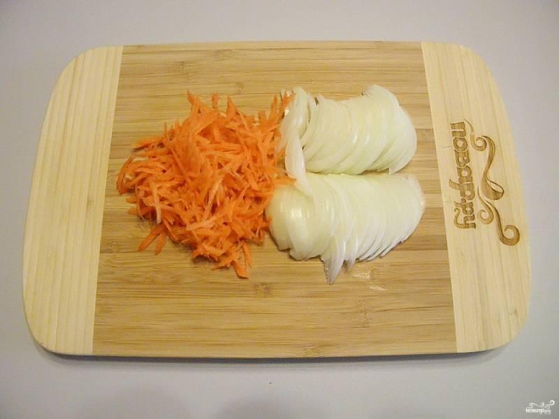 Лук порежьте полукольцами. Морковь натрите на крупной терке.