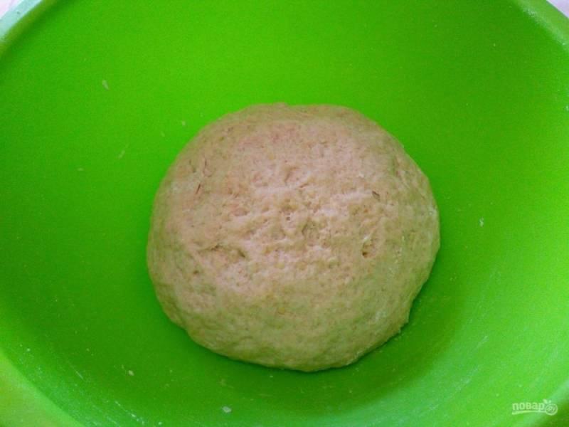 Получившееся мягкое податливое тесто поместите в тепло на 30-40 минут для расстаивания.