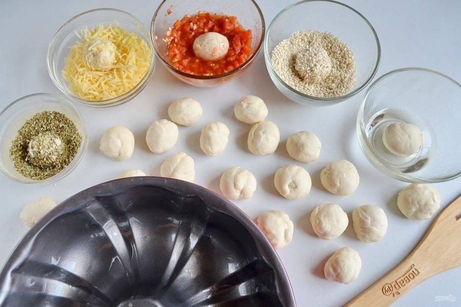 Каждый шарик теста окунайте сначала в растительное масло, а потом в панировку.