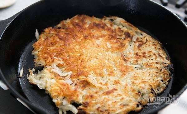 6.Аккуратно переверните картофельный блин на другую сторону и обжаривайте до румяной корочки.