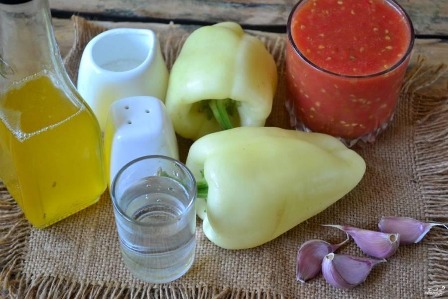 Подготовьте все необходимые ингредиенты. Чуть больше килограмма помидоров я заранее пропустила через соковыжималку и получила вкусный, насыщенный томатный сок. Болгарский перец необходимо очистить от семян и плодоножек, промыть.