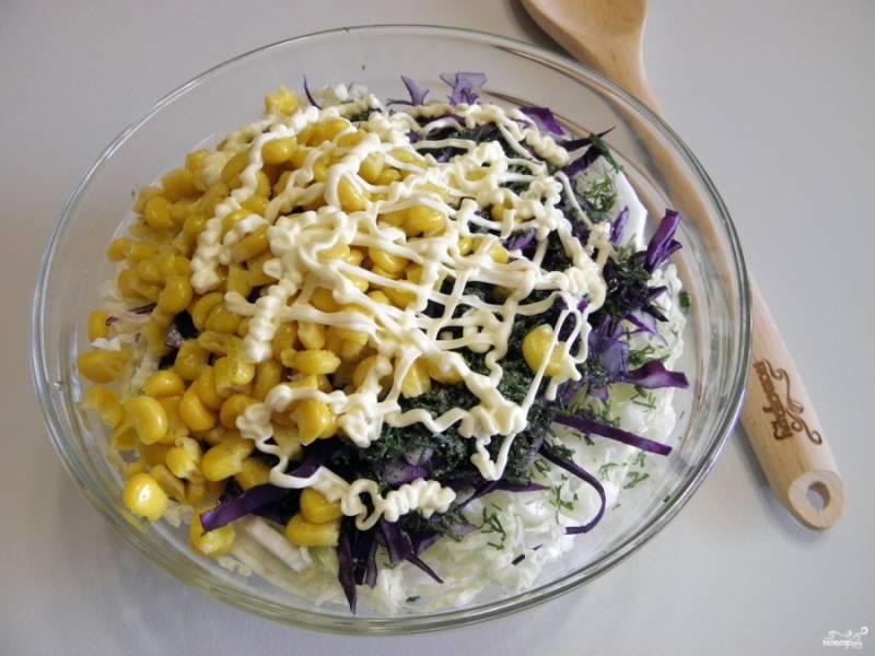 Сложите в глубокий салатник оба вида капусты, кукурузу консервированную, рубленный укроп, соль, специи и майонез.