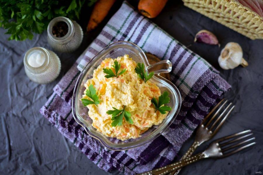 Выложите салат в порционную посуду и подавайте к столу. Приятного аппетита!
