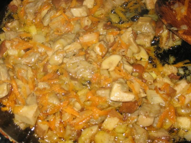 Пока крупа готовится, мы нарезаем мелко репчатый лук, трем на терке морковь и обжариваем овощи на сливочном масле до золотистого цвета. Затем выкладываем на сковороду отваренные грибы, солим и перчим, жарим все еще несколько минут.