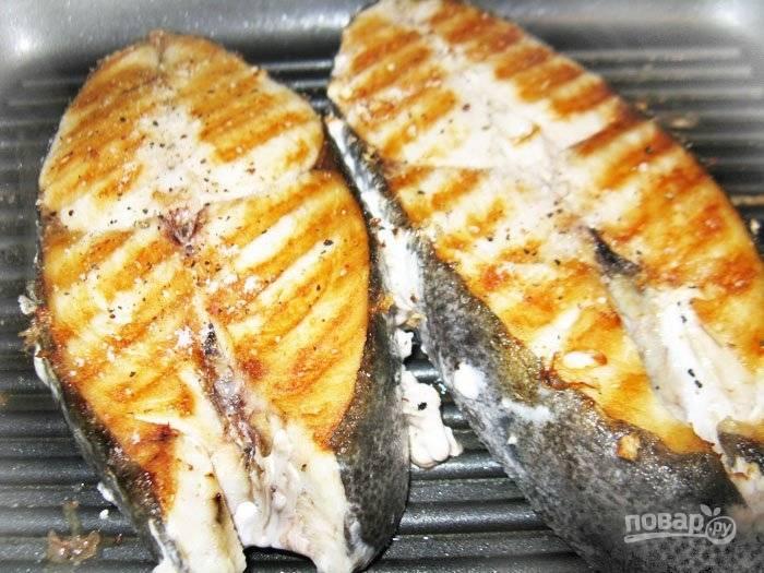4.На одну сторону уходит около 5 минут, после чего стейки переворачиваю и снова солю и перчу.