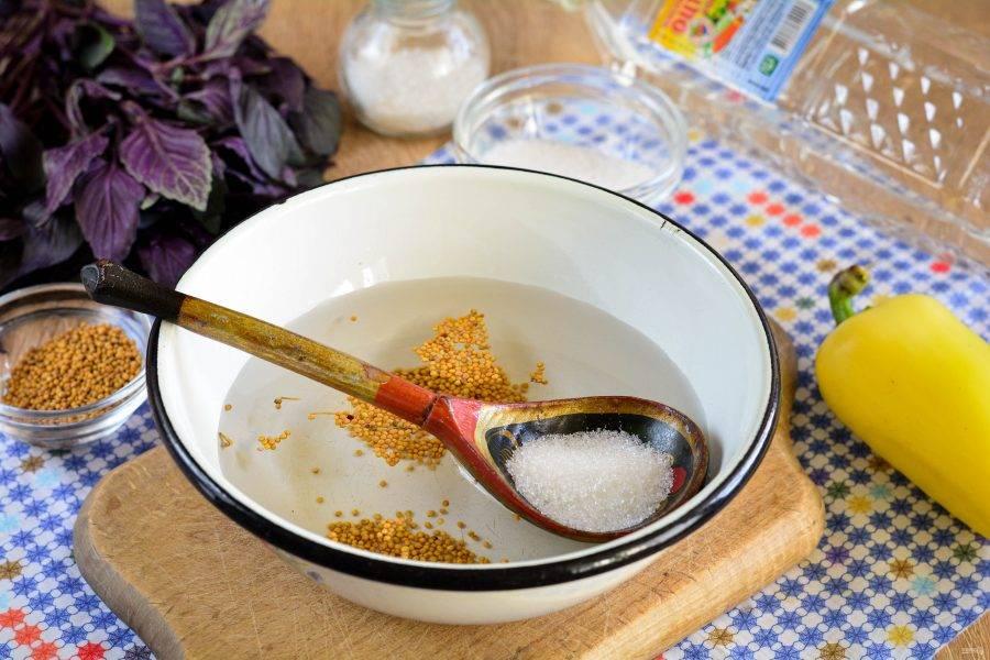 Сварите маринад из воды, сахара, сол,. горчицы и уксуса. Варите маринад 2-3 минуты.