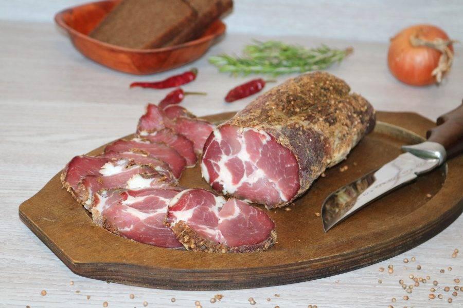 Мясо готово к употреблению. Нарежьте тоненькими кусочками.
