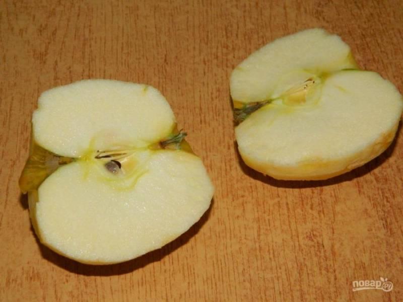 Яблоко очистите от кожуры, удалите сердцевину и натрите на терке. Выложите следующим слоем.