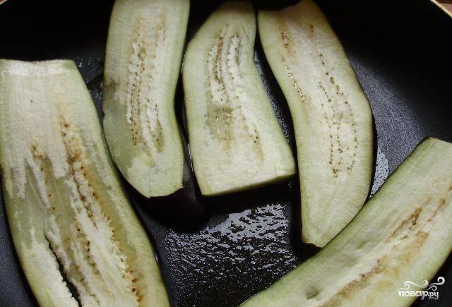 Баклажаны обжарить на растительном масле с обеих сторон. Обжаривать минуту-две с каждой стороны.