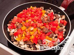 Добавить помидоры, продолжать готовить еще 3 минуты.