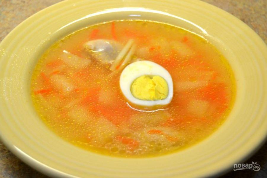 9.Разлейте суп по тарелкам, добавьте половинку яйца в каждую.
