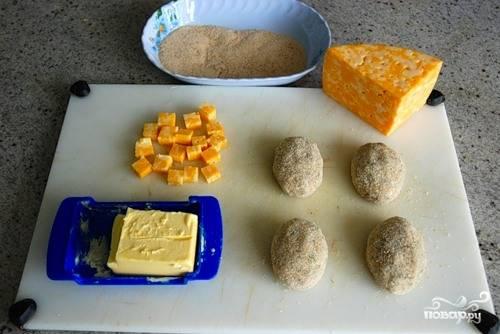 5. И еще раз придайте им нужную форму. Обваляйте со всех сторон в панировочных сухарях. Разогрейте на сковороде немного растительного масла.