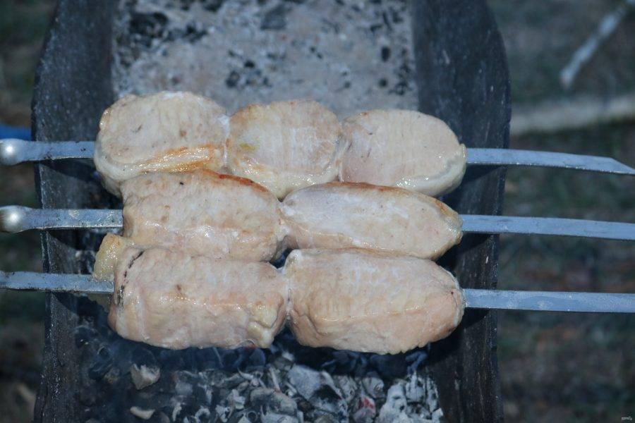 Поворачивайте шампура, чтобы мясо готовилось со всех сторон.