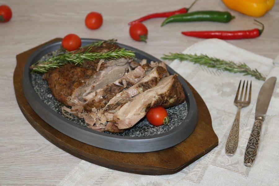 Нарежьте на порционные кусочки и зовите родных к столу.  Приятного аппетита!