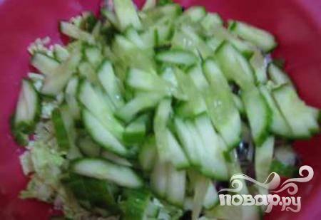 3.огурцы очищаются от шкурки, если потребуется (она горькая, или у хозяйки возникло такое желание), и также отправляются к остальным составляющим салата
