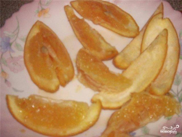 Затем распаренные апельсины нужно разрезать на дольки. С кожи апельсинов снять цедру, а сам плод почистить от пленки и косточек.