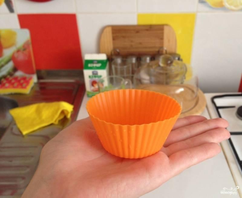6. Благодаря тому, что в тесто входит сливочное масло, дополнительно смазывать формочки маслом не нужно.