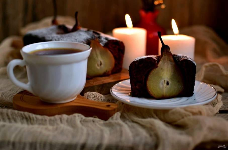 Готовый кекс охладите на решетке и подавайте. Можно сервировать кекс теплым с шариком мороженного или подать к кексу горячий глинтвейн на основе оставшегося сиропа.