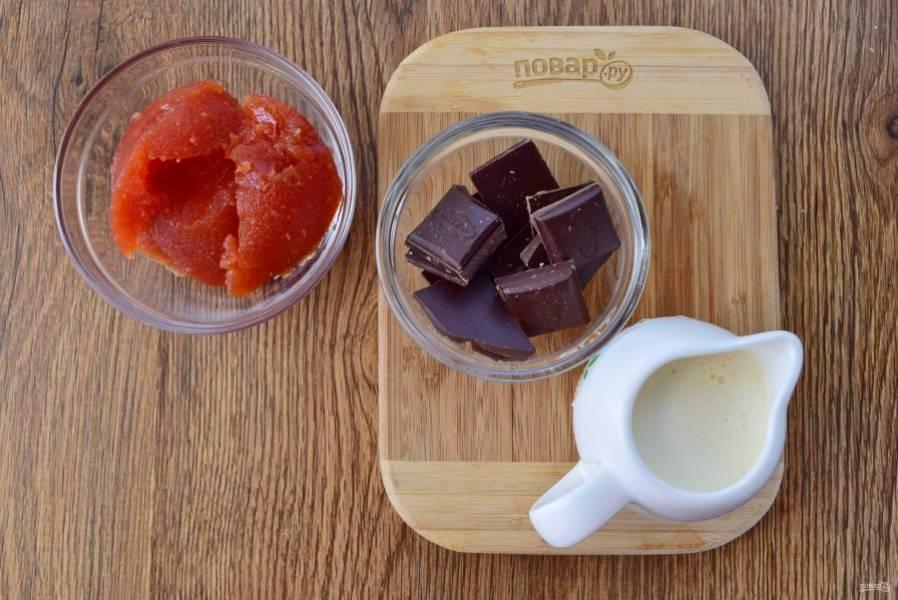 Подготовьте ингредиенты для прослойки и глазури. Шоколад поломайте на кусочки, поместите в кастрюльку с двойным дном, добавьте сливки. На медленном огне растопите до однородности, снимите с огня.