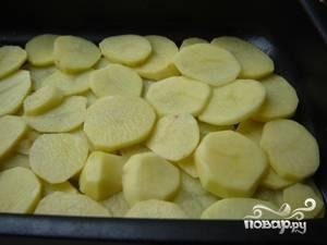 На дно смазанной маслом формы уложить 1/3 часть картофеля, на него - творожную начинку. Разровнять, снова выложить картофель, затем начинку. Повторить процедуру еще 1 раз (последним слоем должен быть творог), закрыть форму фольгой и отправить в разогретую до 200С духовку на 1 час.