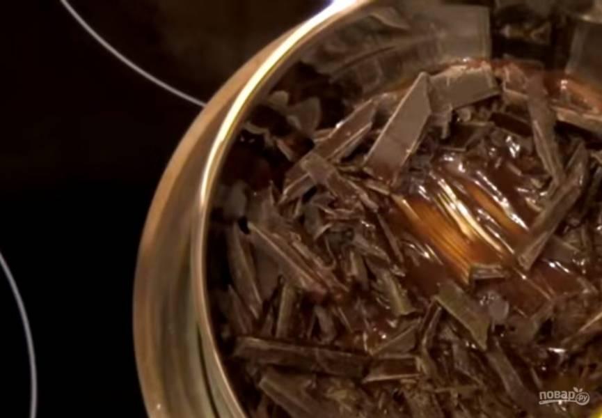 1. Черный шоколад мелко порубите и растопите на паровой бане. Остудите при комнатной температуре. В течение двух минут взбейте размягченное сливочное масло с сахарной пудрой.