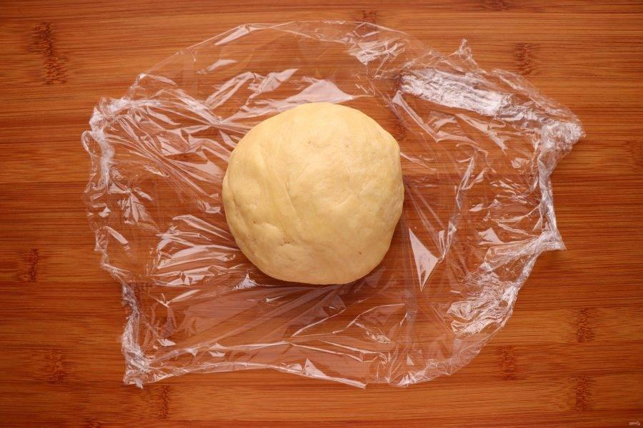 Сформируйте из теста шар, заверните его в пленку и поместите в холодильник на 30 минут.