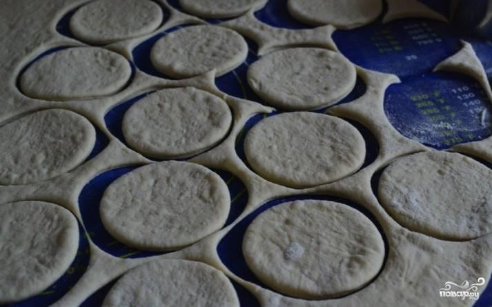 Постепенно в тесто можно вводить пшеничную муку. Следите, чтобы оно не стало рассыпчатым, оно должно быть эластичным. Тесто раскатайте пластом высотой в полсантиметра. Формочкой или круглым стаканом вырежьте печенья.