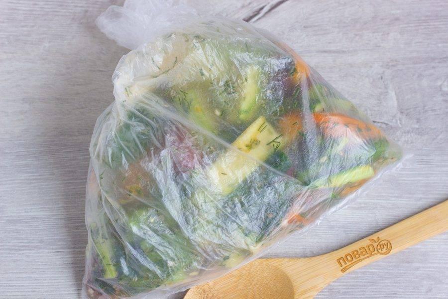 Завяжите пакет и аккуратно потрясите овощи, чтобы распределились соль и перец, и всё перемешалось. Положите пакет на тарелку и уберите в холодильник на 10 часов. Будет хорошо, если еще 2-3 раза за это время потрясете пакет с овощами. Если совсем невтерпеж, можете  снять пробу через 5-6 часов. :)