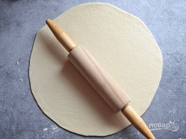 7.Скалкой раскатываю тесто очень тонко, примерно, 2-3 миллиметра.