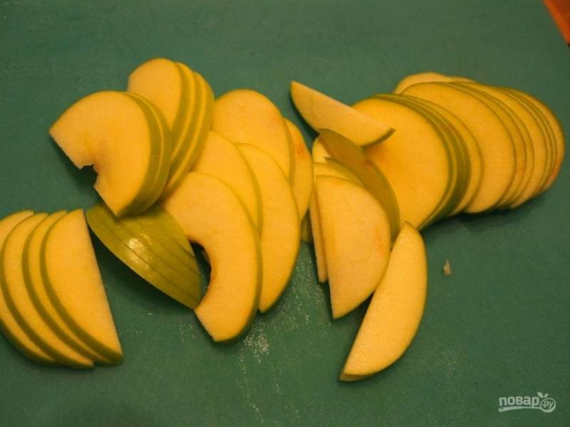 4.Яблоки мою и разрезаю на половинки, удаляю семена и нарезаю тонкими дольками.