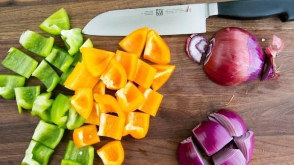 Овощи порежьте кубиками крупными.