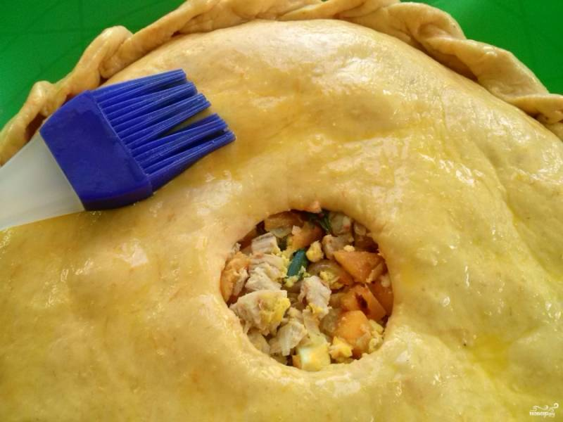 Взбейте 1 желток с 1 ч. ложкой воды, смажьте верх пирога. Оставьте пирог подходить в теплом месте на 15 минут.