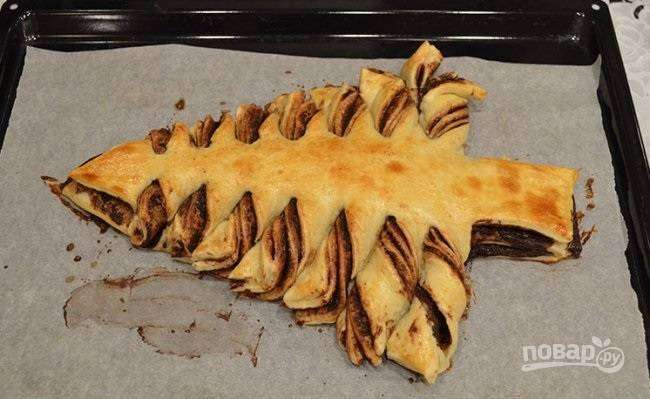 """7. При температуре 180 градусов выпекайте пирог около 25-30 минут до румяности. Перед подачей можно украсить елочку """"снегом"""" (сахарной пудрой) и развесить игрушки (леденцы или другие сладости)."""