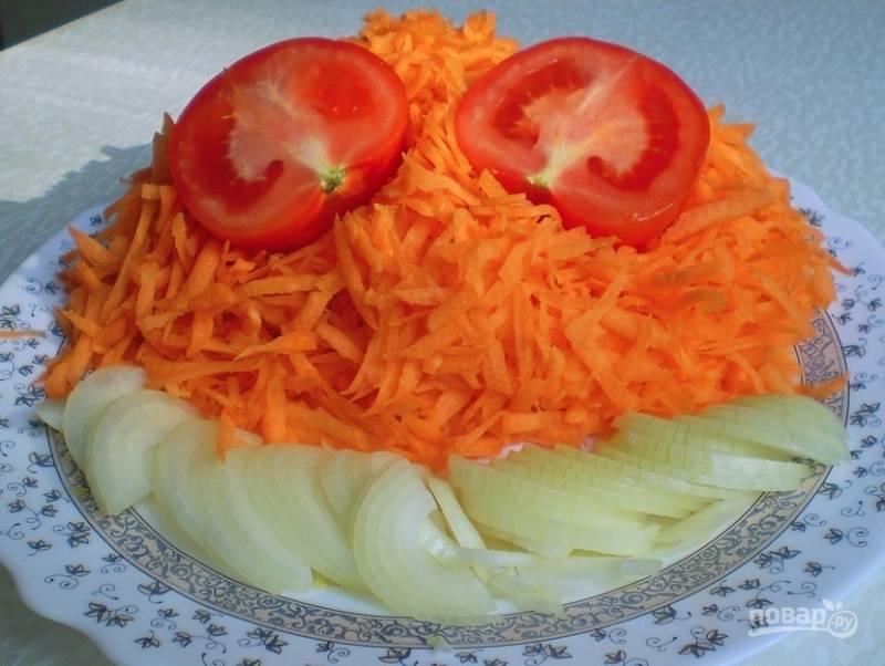 2. Лук нарезаем полукольцами, а морковь натираем на средней терке. Хватит одного помидора, поэтому выберете самый спелый.