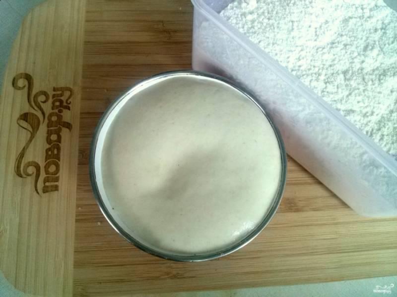 Дрожжи растворите в теплой воде (или в молоке), добавьте сахар, 1 ст.л. муки, поставьте в теплое место до появления пенной шапочки.