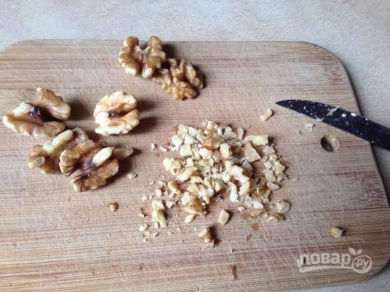 Очистим и измельчим грецкие орехи.